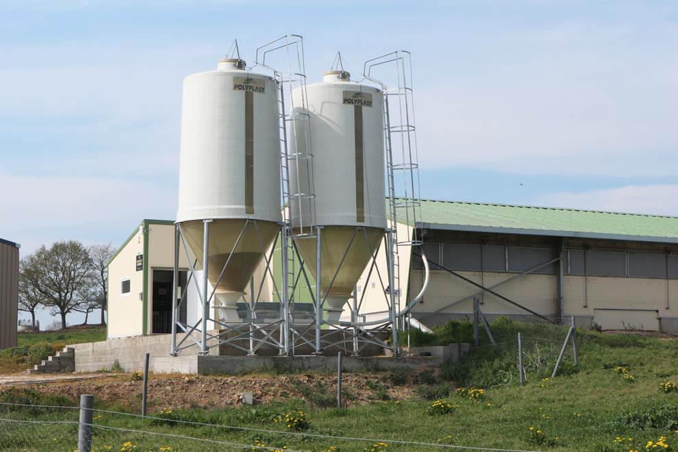 2 silos agricole à grain coloris blanc avec cône axial