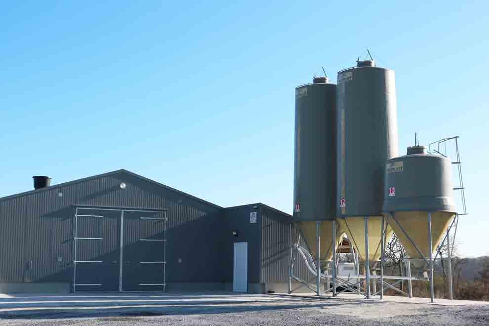 Installation de 3 silos gris Polyplast
