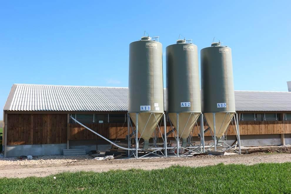 3 silos agricoles gris à grain avec cône axial