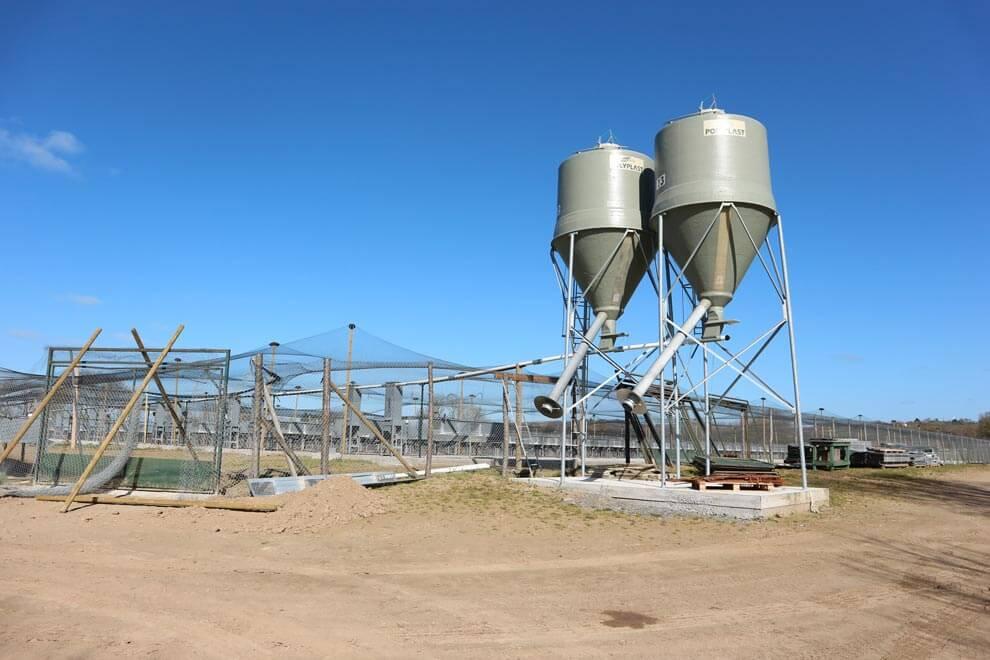 2 silos agricoles gris pour gibiers