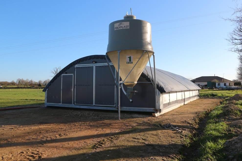 Silo agricole à grain gris pour bâtiment mobile